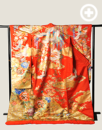 色打掛:鮮やかな赤で牡丹文や菊など縁起の良い柄で人気が高いです。
