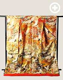 色打掛:光沢感のある荘厳な赤に、鶴や様々な花が咲き誇る豪華な1着