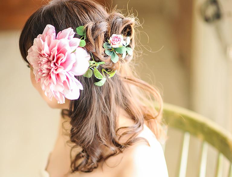 花冠をつけた女性の写真