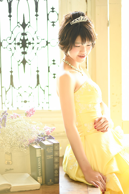 成人女性写真:ドレス/イエロー