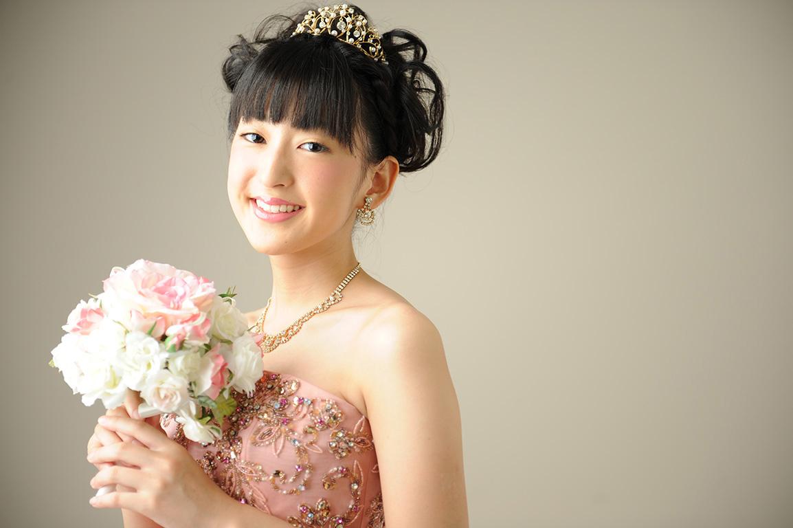 成人女性写真:ドレス/ピンク