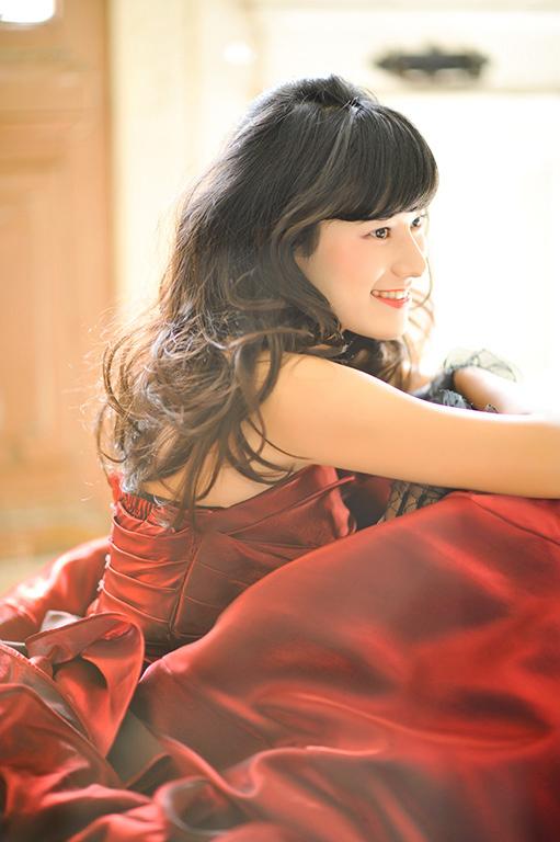 成人女性写真:ドレス/ワインレッド