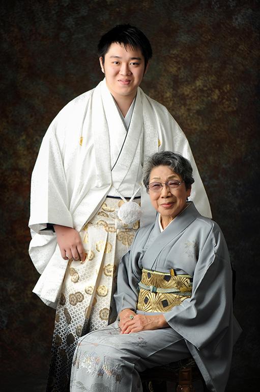 成人家族写真:祖母和装