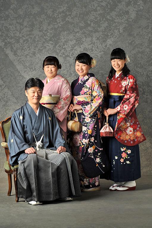 成人家族写真:父母姉妹和装