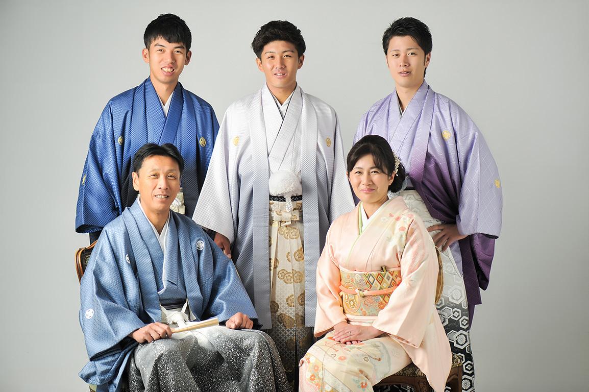 成人家族写真:全員和装