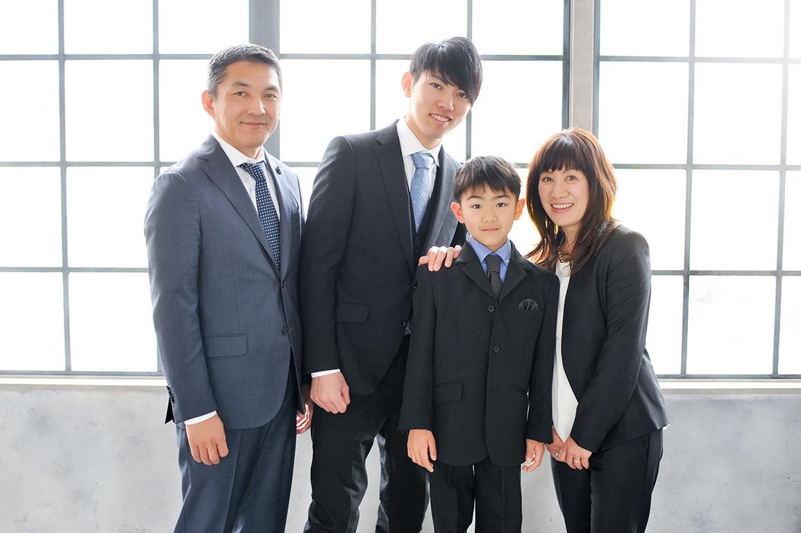 成人家族写真:スーツで